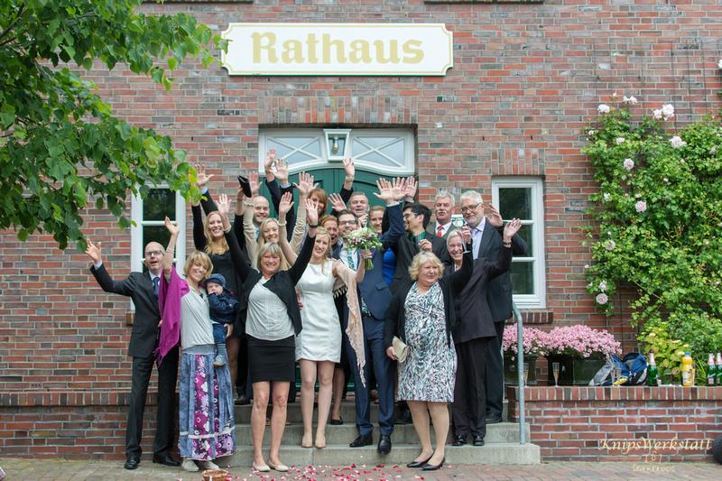 Hochzeit Spiekeroog - Gruppenfoto Hochzeitsgesellschaft Rathaus