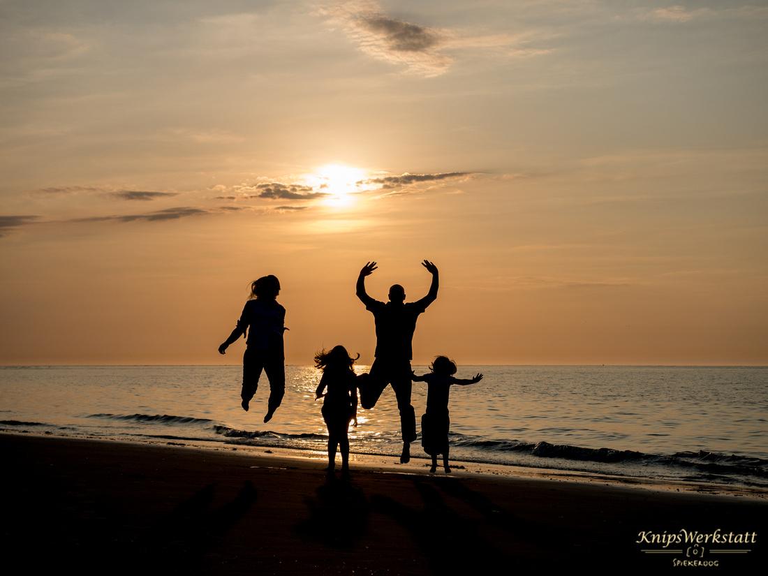 Fotograf Spiekeroog - Familienfotoshooting - Sprung Gegenlicht