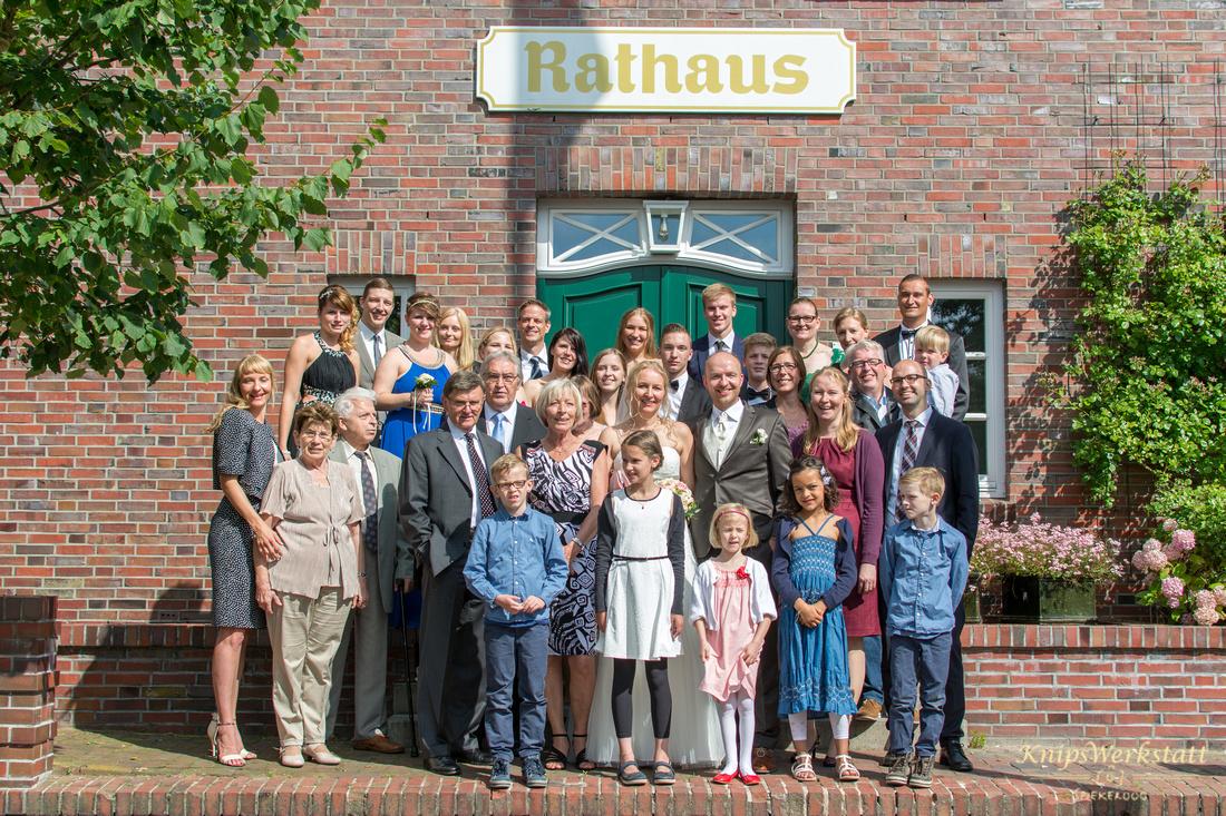 Hochzeitsgruppenfoto_Hochzeitsgesellschaft_Rathaus_Spiekeroog