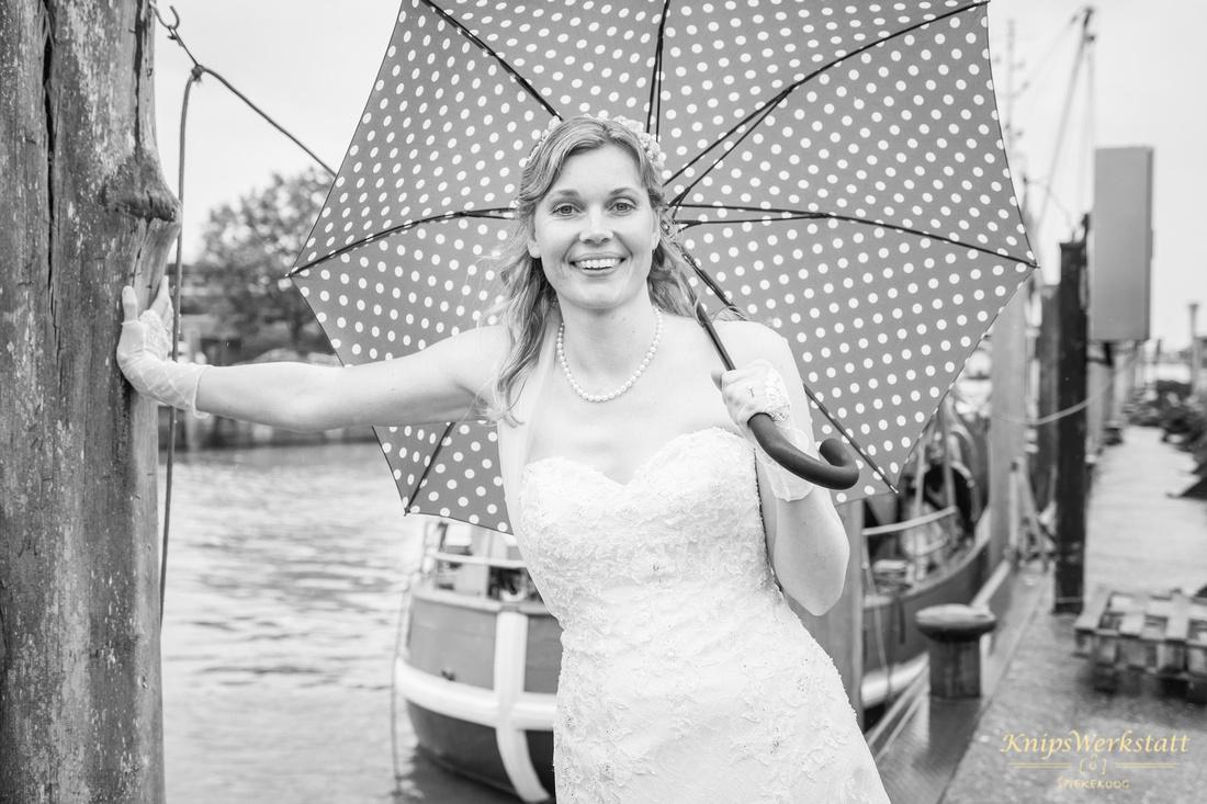 Hochzeit Neuharlingersiel - Braut mit Regenschirm
