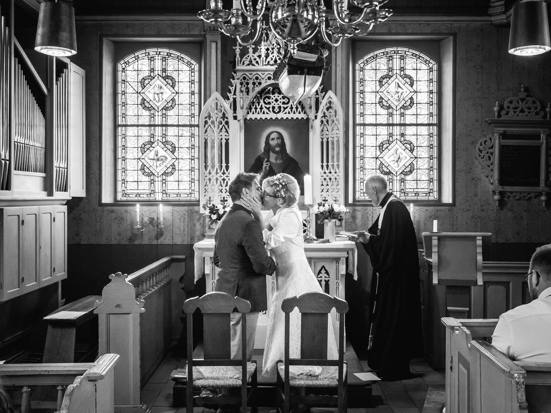 Hochzeit_Alte_Inselkirche_Spiekeroog_Kuss