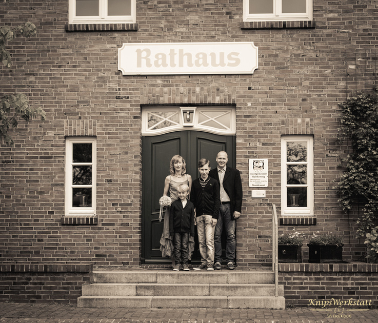 Hochzeitsfotos Spiekeroog - Hochzeitsfoto vor dem Rathaus