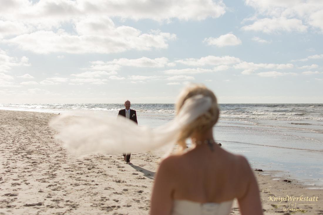 Hochzeit_Spiekeroog_Brautpaar_am_Strand_Meer_Foto