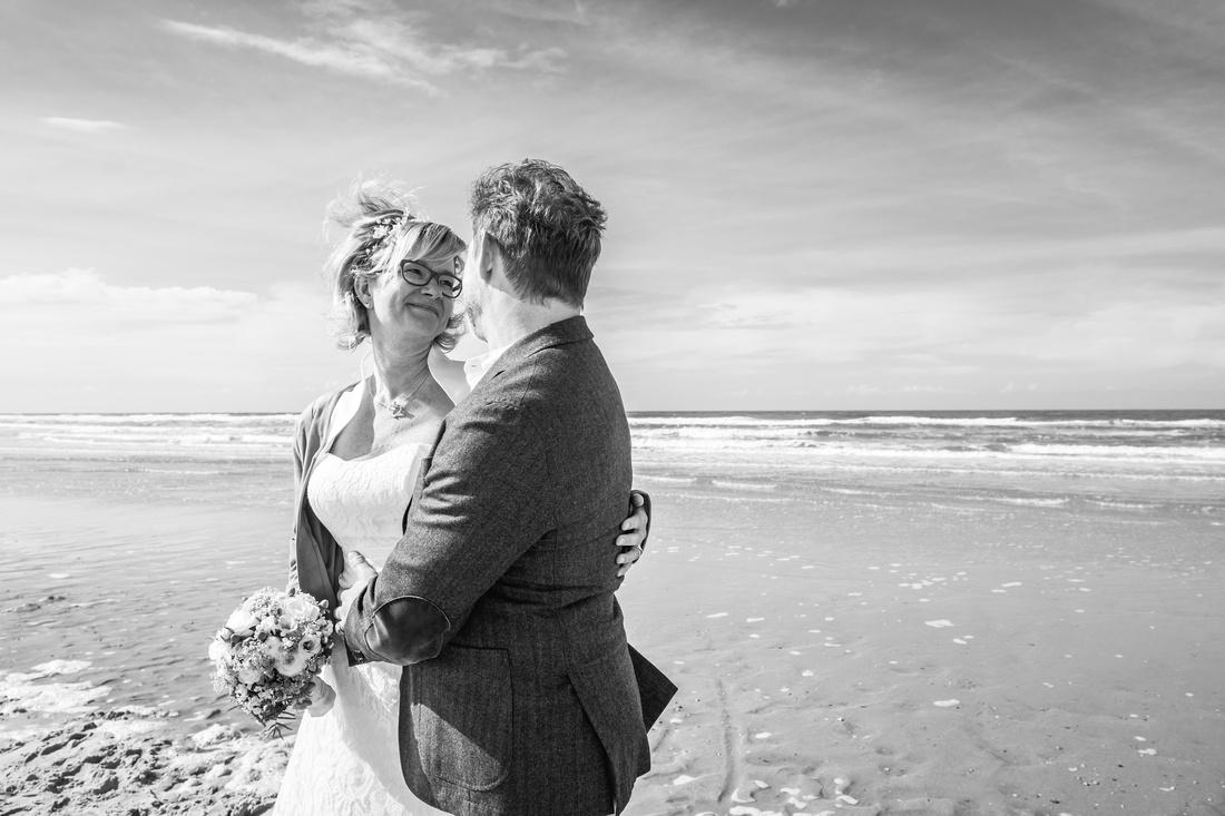 Brautpaar_Meer_Spiekeroog_Hochzeitsfoto
