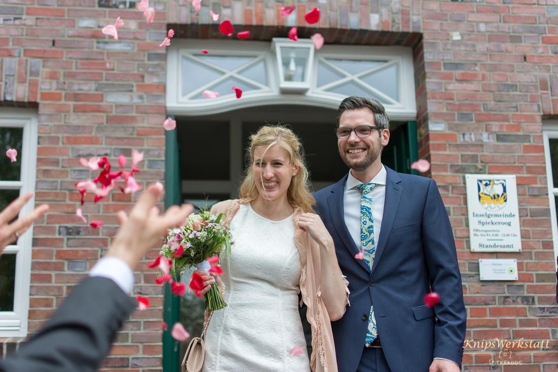 Hochzeit Spiekeroog - Brautpaar Rathaus