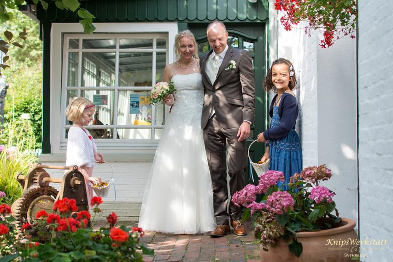 Hochzeit_Inselmuseum_Spiekeroog_Brautpaar_Tür