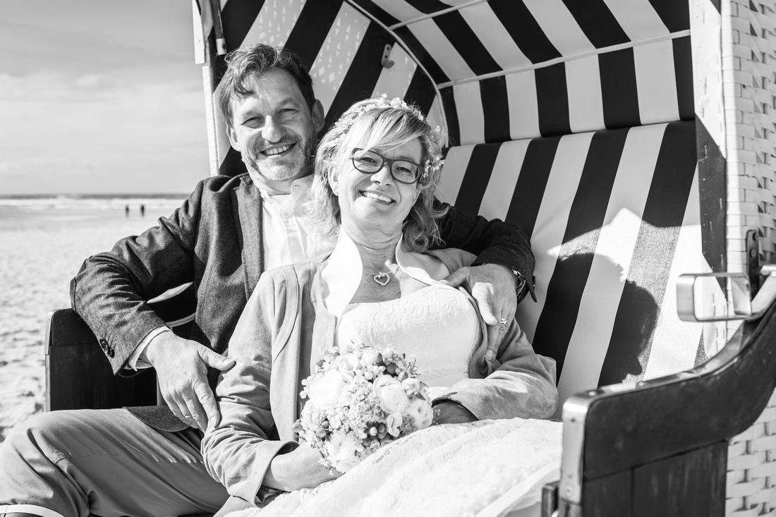 Hochzeitspaar_Strandkorb_Spiekeroog_Hochzeitsfoto